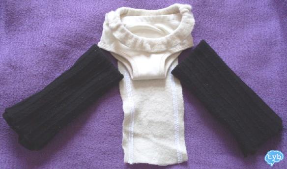 Mokosha mit Trainerhose darunter und Stulpen